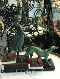 Superbe Sculpture Art Deco Women's Levrier In Regular Socle Marble