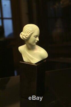 Buste de femme Art déco bronze patiné sur piédestal en onyx noir signé Ouline