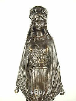 Femme voilée descendant des marches Grande sculpture orientaliste 52 cm 5,5 kg