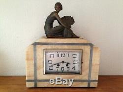 Jolie pendule horloge art déco en marbre et femme à l'éventail en régule an 30