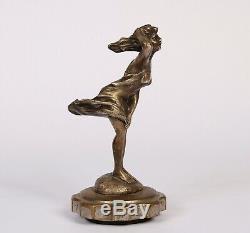 Mascotte automobile art deco Femme En Bronze Argenté Dans Le Vent