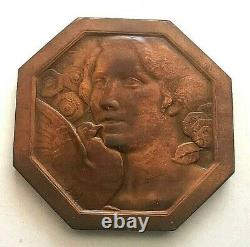 PLB. Médaille. Art Déco Femme fleurs et colombe par Morlon