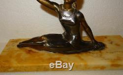 Rare ancienne statue art déco jeune femme avec éventail en métal doré signée Bal