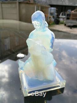 SABINO France, La femme aux colombes 1925 verre opalescent, H 15 cm art deco