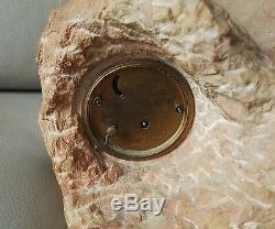 Sculpture art déco en marbre ou pierre dure avec pendule femme nue sur un rocher
