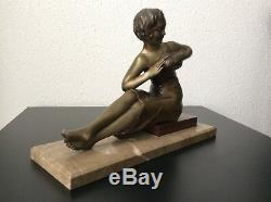 Sculpture statue sujet femme à l'oiseau en régule patiné sur marbre Art Déco